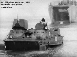 Transporter Topas ląduje na plaży w czasie ćwiczeń w 1987 roku.