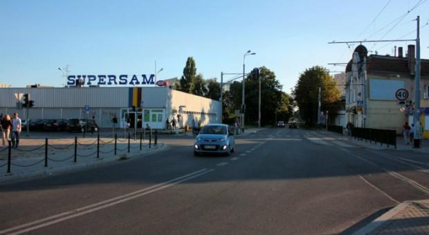 Supersam przy wjeździe do Brzeźna od strony Drogi Zielonej. Ta działka należy do spółki, której współwłaścicielem jest Jan P., nazywany Tygrysem ze Stogów.