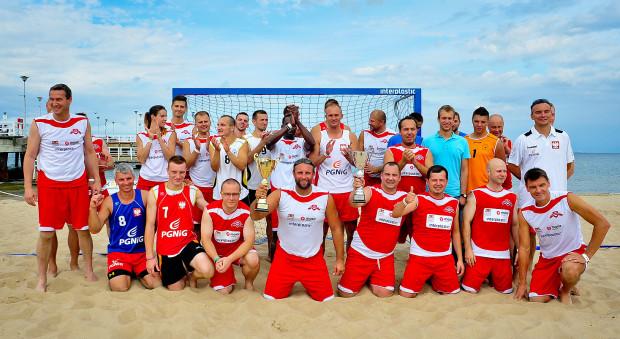 Uczestnicy Meczu Gwiazd podczas Beach Handball Camp na plaży w Gdańsku-Brzeźnie.