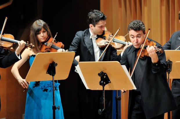 Wszyscy uczniowie Międzynarodowej Akademii Muzycznej Yehudi Menuhina to wybitni muzycy, wielokrotnie nagradzani w najbardziej prestiżowych konkursach świata. Podczas niedzielnego koncertu Orkiestra Akademii w kameralnym składzie wystąpiła wspólnie z Maximem Vengerovem.