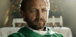 Andrzej Chyra w roli wspaniałego księdza, który... ma słabość do chłopców.