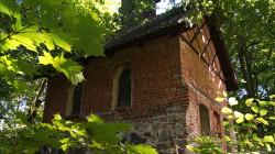 Zgodnie z ludową tradycją, ciało biskupa Adalberta miało być przechowywane w kaplicy na wzniesieniu nieopodal osady Pod Dębem.