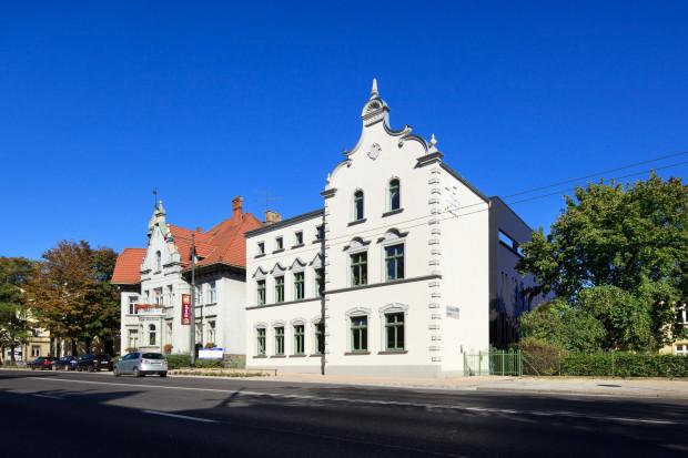 Od frontu w oczy rzuca się część budynku w postaci zrekonstruowanej kamienicy z 1899 roku. Wysunięta w stronę Niepodległości elewacja znajduje się dokładnie w tym samym miejscu, co jej oryginalna poprzedniczka.