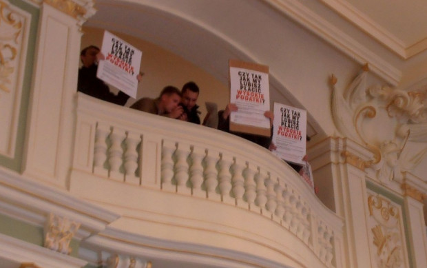 Na sesji pojawili się protestujący przeciwko podwyżce podatku od nieruchomości, którzy jeszcze w trakcie sesji zasypali radnych sms-ami i mailami w tej sprawie.
