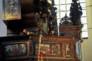 Program koncertu składał się z trzech części. Na początek organy zabrzmiały solo, później w małych formach kameralnych, a na zakończenie wspólnie z orkiestrą smyczkową. Na zdj. Paweł Hulisz (trąbka naturalna) oraz Sylwia Olszyńska (sopran).