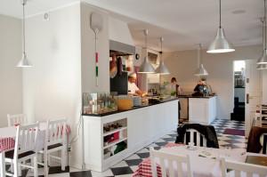 Wnętrze każdej restauracji Sempre urządzone jest podobnie - w prostym i domowym stylu. Na piętrze lokalu przy ul. Grunwaldzkiej znajduje się kącik dla dzieci i kominek.