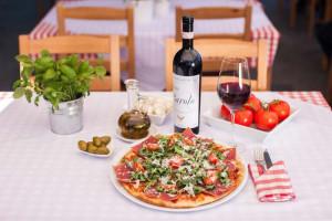 W każdej z czterech restauracji Sempre zjemy ponad dwadzieścia rodzajów pizzy i napijemy się włoskiego wina.