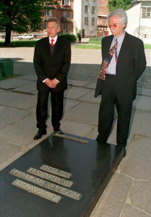 Prokurator Günter Möller, który prowadził sprawę o uniewinnienie pocztowców i Dieter Schenk, autor książki o pocztowcach, przed tablicą poświęconą obrońcom Poczty Polskiej w Gdańsku. 18 maja 1998 r.