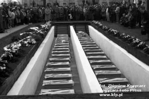 Ceremonia pożegnania i pośmiertnego odznaczenia pocztowców polskich z Gdańska na cmentarzu na Zaspie, po odnalezienia ich masowego grobu. Kwiecień 1992 r.