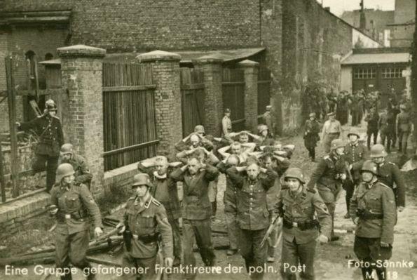 Obrońcy Poczty Polskiej w Gdańsku po kapitulacji placówki w niemieckiej niewoli.