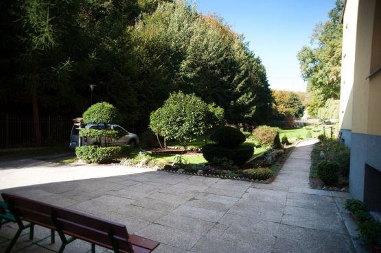 Dom Samotnej Matki w Matemblewie usytuowany jest pośród Trójmiejskiego Parku Krajobrazowego.