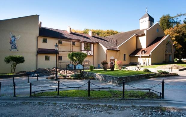 Sanktuarium Matki Bożej Brzemiennej w Matemblewie, przy którym usytuowany jest Dom Samotnej Matki oraz jedyne w Trójmieście okno życia.