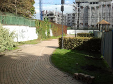 Jeszcze kilka dni temu stał tu charakterystyczny biały mur porośnięty bluszczem.