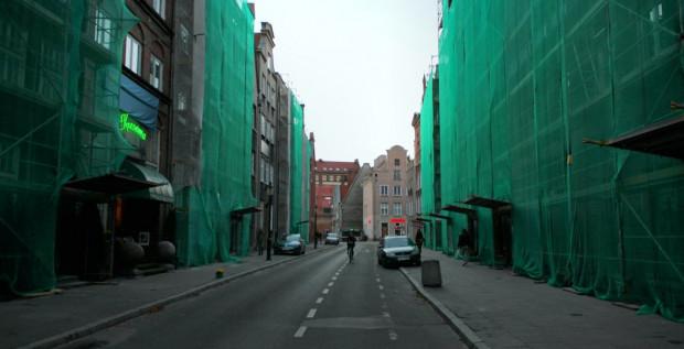 Na ul. Ogarnej trwają już prace obejmujące przygotowanie elewacji pod prace artystów.