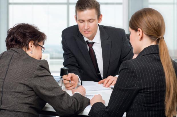 Każdy notariusz poradzi jak zrzec się służebności. Wytłumaczy też cierpliwie zrzekającemu się jakie ma to prawne konsekwencje.