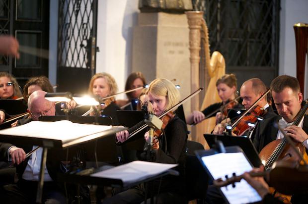 Podczas koncertów granych w kościołach, w szczególności tak niezwykłych jak Katedra Oliwska, panuje wspaniała atmosfera, która oddziałuje na każdego, bez względu na to, czy jest wierzący, czy nie – zapewnia Ernst van Tiel, który poprowadzi Orkiestrę Polskiej Filharmonii Bałtyckiej podczas Koncertu Papieskiego 12 października o godz. 19.