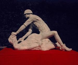 Biała rzeźba umiejscowiona na obleczonej czerwonym suknem konstrukcji mogła przywodzić na myśl polską flagę.