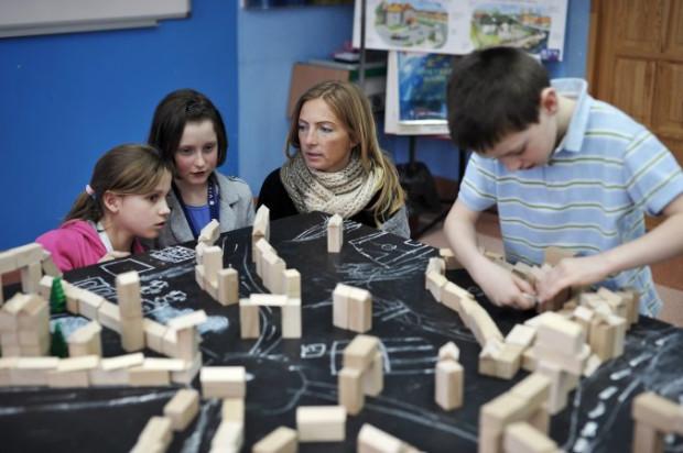 - Dzieci niezwykle angażują się w budowanie miasta, wyczuwają jego przestrzenie, porządkują znacznie lepiej niż dorośli. Dobrze byłoby gdybyśmy wszyscy tak postrzegali przestrzeń.