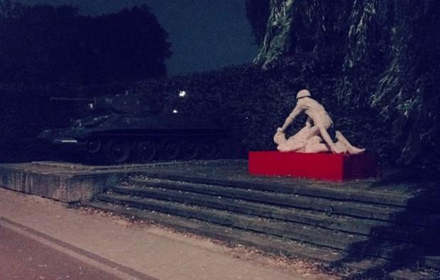"""W sobotę wieczorem, na podwyższeniu koło czołgu T-34, stanęła betonowa rzeźba pt. """"Komm Frau"""", przedstawiająca żołnierza gwałcącego kobietę."""