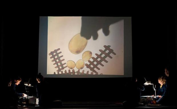 """""""Brzydkie Kaczątko"""" rozgrywa się de facto w dwóch planach: animowanym, przypominającym film, na dużym ekranie w centrum sceny..."""