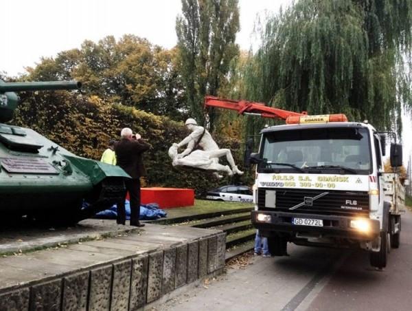 W niedzielny poranek rzeźba została wywieziona na parking PRSP.