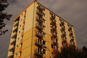 """Maria S. mieszkała w bloku przy ul. Kościuszki 33, który w latach 80. nazywany był przez mieszkańców Sopotu """"dolarowcem""""."""
