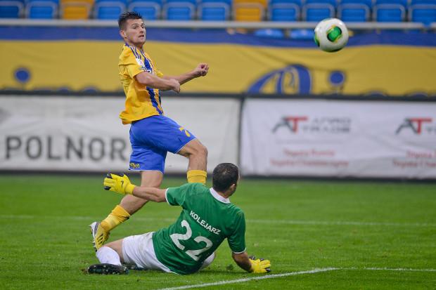 Piotr Tomasik strzelił wyrównującego gola, a w drugiej połowie Arka już zdecydowanie dominowała i zasłużenie pokonała Kolejarza.