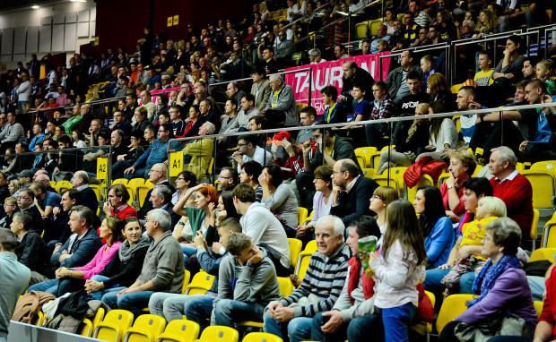 Kibice, którzy nie mogą wybrać się do hali, aby obejrzeć mecze Asseco Gdynia lub Trefla Sopot w internecie, muszą za to zapłacić. Dla niektórych fanów ceny są jednak nie do przyjęcia.