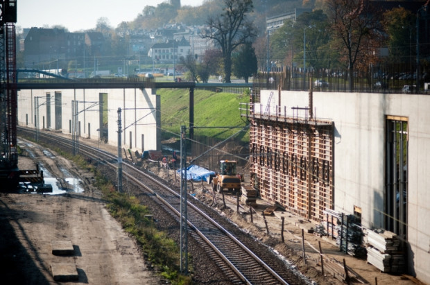 Wzdłuż torów rośnie jedna z trzech 300 metrowych ścian, na której zostanie położona betonowa płyta. Będzie ona zabudowana obiektami handlowo-usługowymi.