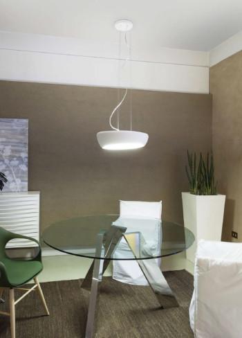 Nawet prosta lampa, w połączeniu z nowoczesnym wnętrzem, dać może poczucie harmonii. Na zdjęciu lampa Gesso (Koma).