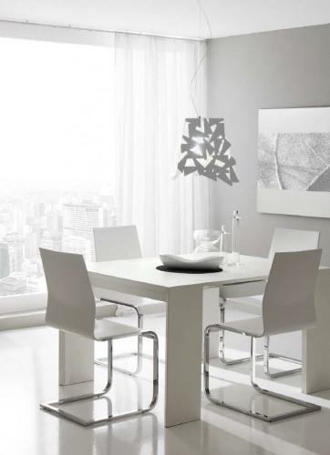"""Przestrzenne, geometryczne formy świetnie """"grają"""" w loftach, wysokich pomieszczeniach lub tam, gdzie jest wystarczająco dużo przestrzeni na wyeksponowanie świecącej ozdoby wnętrza. Squash – lampa wisząca lub stojąca (Koma)."""