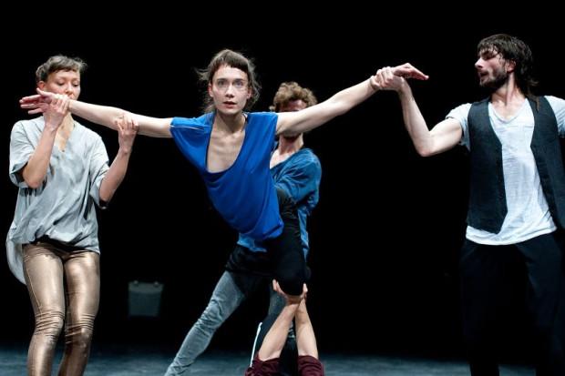 """Młoda i niezwykle utalentowana trójmiejska tancerka Ula Zerek (w środku) należy do najjaśniejszych punktów spektaklu """"Enclave 4/7"""" Teatru Dada von Bzdülöw w reżyserii Roberto Olivana."""