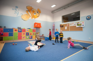 Przedszkole posiada 10 sal dydaktycznych, salę rytmiczno-sportową oraz osobne gabinety terapii logopedycznej i konsultacji psychologicznych.