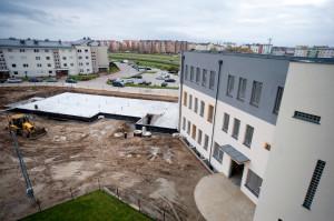 Wciąż trwają prace przy budowie szkoły podstawowej, która będzie mogła przyjąć 300 uczniów.
