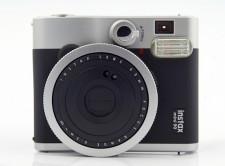 Instax mini 90 Neo Classic - styl retro pasuje do klimatu fotografii natychmiastowej.