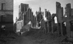 Kościół św. Katarzyny tuż po wojnie. Fotografię wykonał prof. Wiesław Gruszkowski.