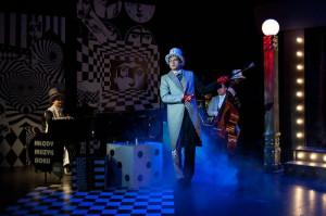 Scena Kameralna Teatru Muzycznego zaaranżowana została na przestrzeń klubu w stylu noir, nawiązującego do kontrastów, absurdu i humoru jaki towarzyszy twórczości Juliana Tuwima.