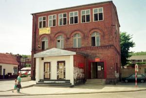 Ten sam budynek przed remontem. Niegdyś była tu komenda Milicji Obywatelskiej, a potem salon gier.