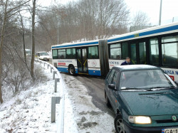 Uszkodzony autobus przegubowy na Pogórzu Górnym uniemożliwia zjazd w kierunku ul. Puckiej.