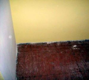 Stare, pomalowane, porysowane deski. Jeśli taka podłoga nie była zalana jak najbardziej można ją uratować.