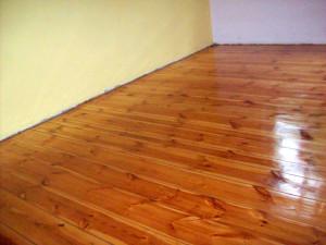 Po renowacji i lakierowaniu podłoga wygląda niemal jak nowa. Ważna jest decyzja o uzupełnieniu bądź pozostawieniu szpar.
