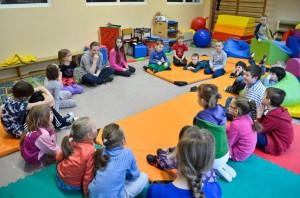 Ważną częścią półkolonii są też ciekawe warsztaty kreatywnej edukacji oraz ćwiczenia ogólnorozwojowe, w których dzieci bardzo chętnie uczestniczą.