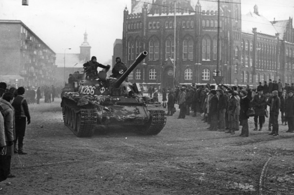 15 grudnia 1981 roku. Z placu przed Stocznią Gdańską wyjeżdżają jednostki 8. Dywizji Zmechanizowanej Ludowego Wojska Polskiego. Dlaczego? Po zbrataniu się żołnierzy z gdańszczanami, jednostka została wycofana i zastąpiona inną.