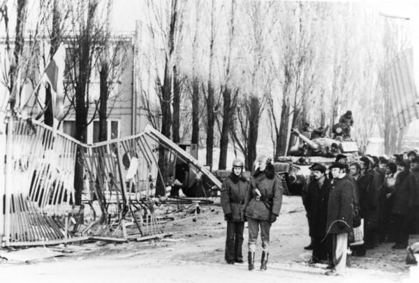 Fotografia wykonana po pacyfikacji Stoczni Gdańskiej im. Lenina. Na zdjęciach zniszczona brama nr 2.