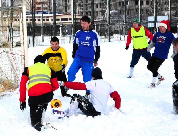 Śnieg i wiatr to za mało by zniechęcić do gry trójmiejską brać piłkarską.