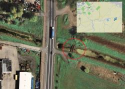 Przy drodze krajowej nr 7 w Przejazdowie trudno dzisiaj znaleźć ślady dawnej kolei wąskotorowej. Tu na zdjęciu satelitarnym z 2008 r. widać dawny most nad kanałem.
