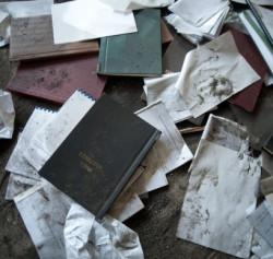 Kilkadziesiąt prac magisterskich i dokumentów porzuconych w budynku należącym do AWFiS.