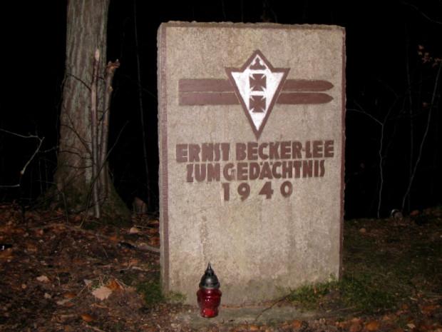 Pomnik Ernesta Becker-Lee, niemieckiego skoczka narciarskiego, który w 1940 roku zginął podczas odbywających się zawodów na skoczni narciarskiej w Dolinie Radości