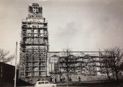 Wieżę wraz z hełmem odbudowywano na przełomie lat 60. i 70. ubiegłego wieku. Wcześniej władze nakazały robotnikom wyburzyć boczną nawę.
