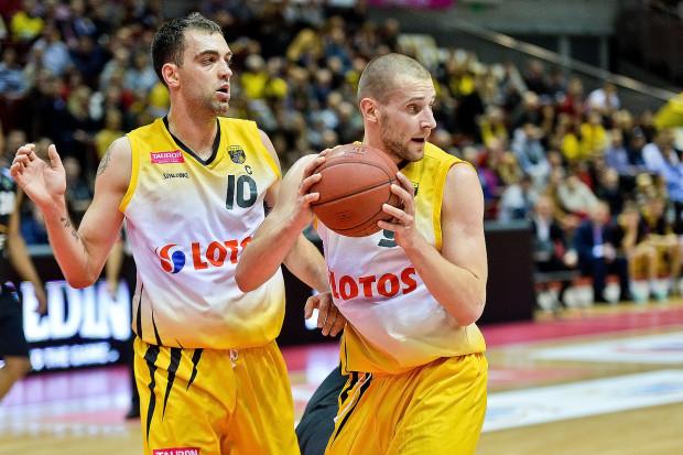 Postawa w defensywie Marcina Stefańskiego (z lewej) i Pawła Leończyka (z prawej), podobnie jak w ostatnim meczu z Turowem, także w starciu ze Stelmetem może być kluczem do zwycięstwa.
